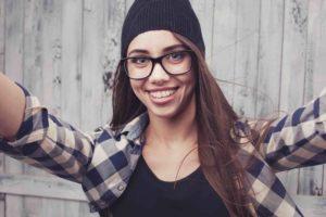 Junge Frau mit Zahnspange