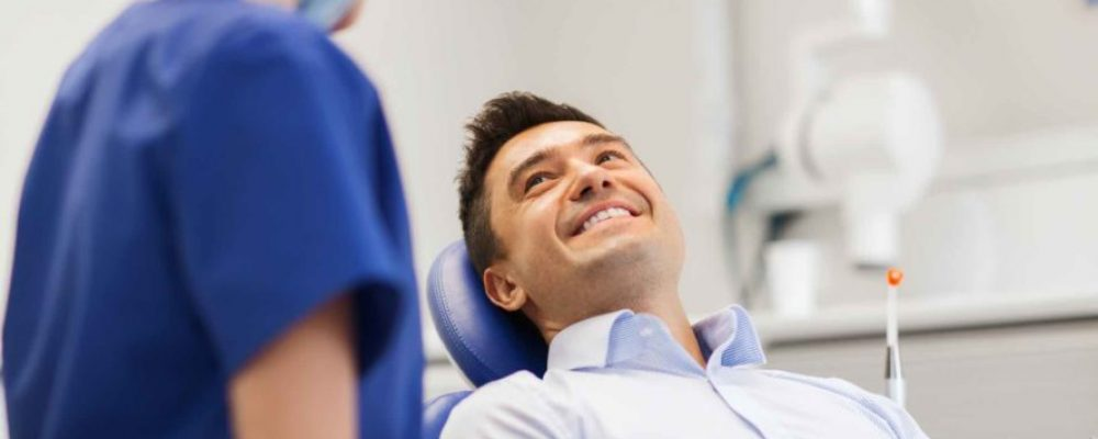 Mann liegt beim Zahnarzt in der Ordination + Ablauf einer Zahnspangen Behandlung