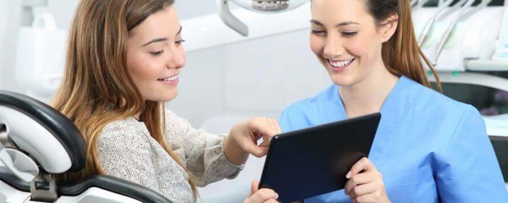 Kieferorthopäde zeigt Patient die Kostenübernahme durch dir Krankenkasse