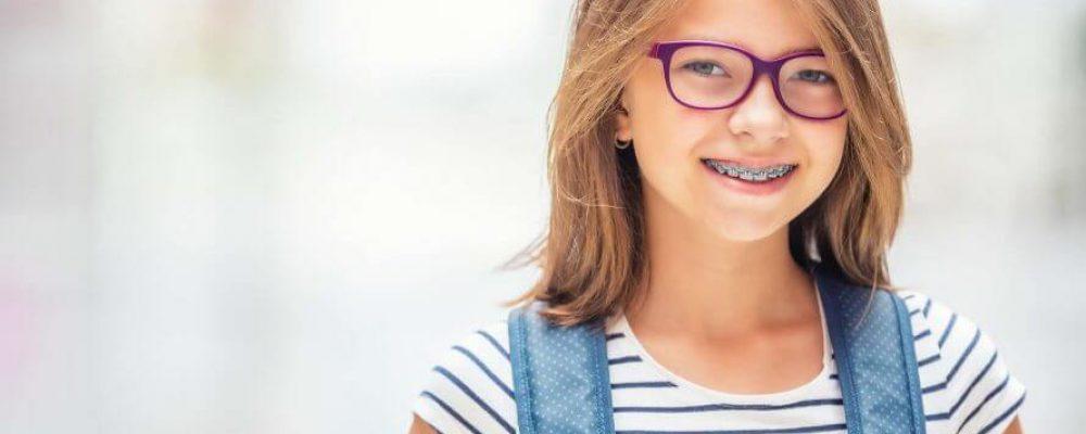 Kind hat eine Zahnspange + gratis Zahnspange